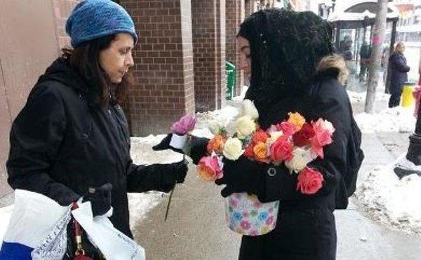 اهداء گل به مردم کانادا توسط مسلمانان