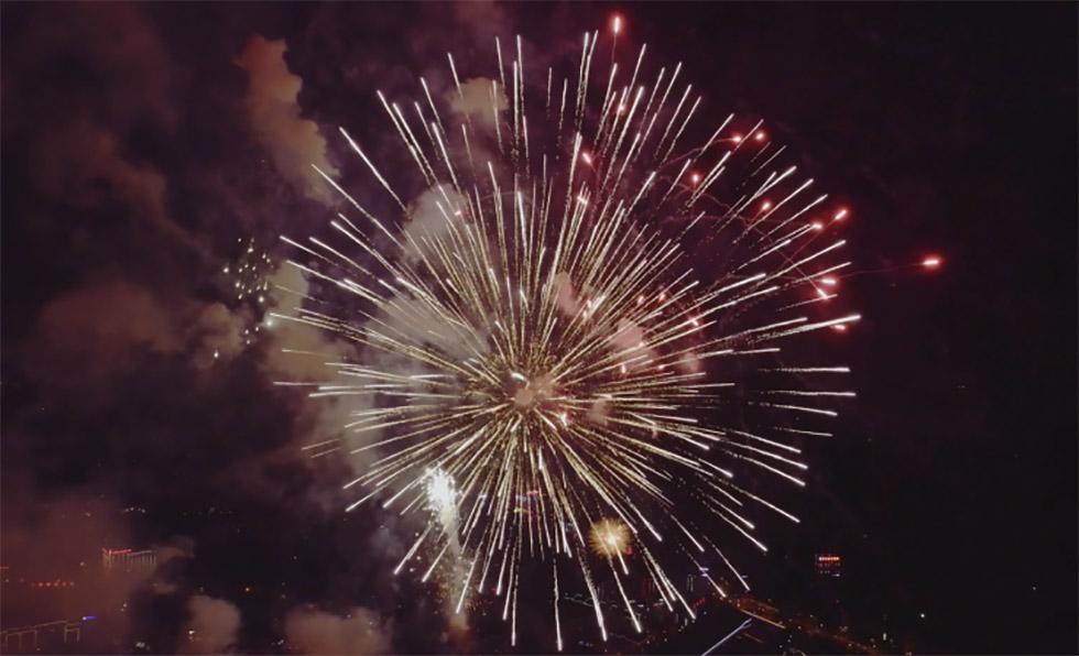 تماشا کنید: آتش بازی سال نوی چینی از فراز آسمان با فیلم برداری و مونتاژی متفاوت