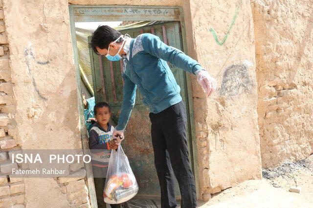 توزیع بسته های غذایی بین بچه ها کار مناطق محروم یزد