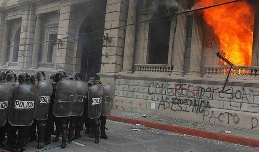 معترضان در گواتمالا ساختمان کنگره را آتش زدند